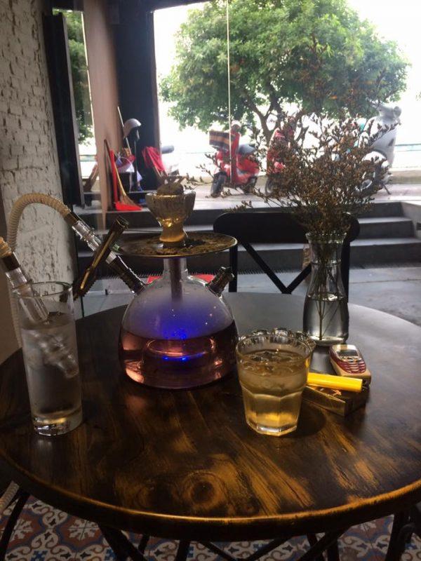 bình shisha trong quán bar